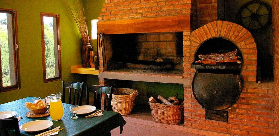 Amplio asador con horno chileno